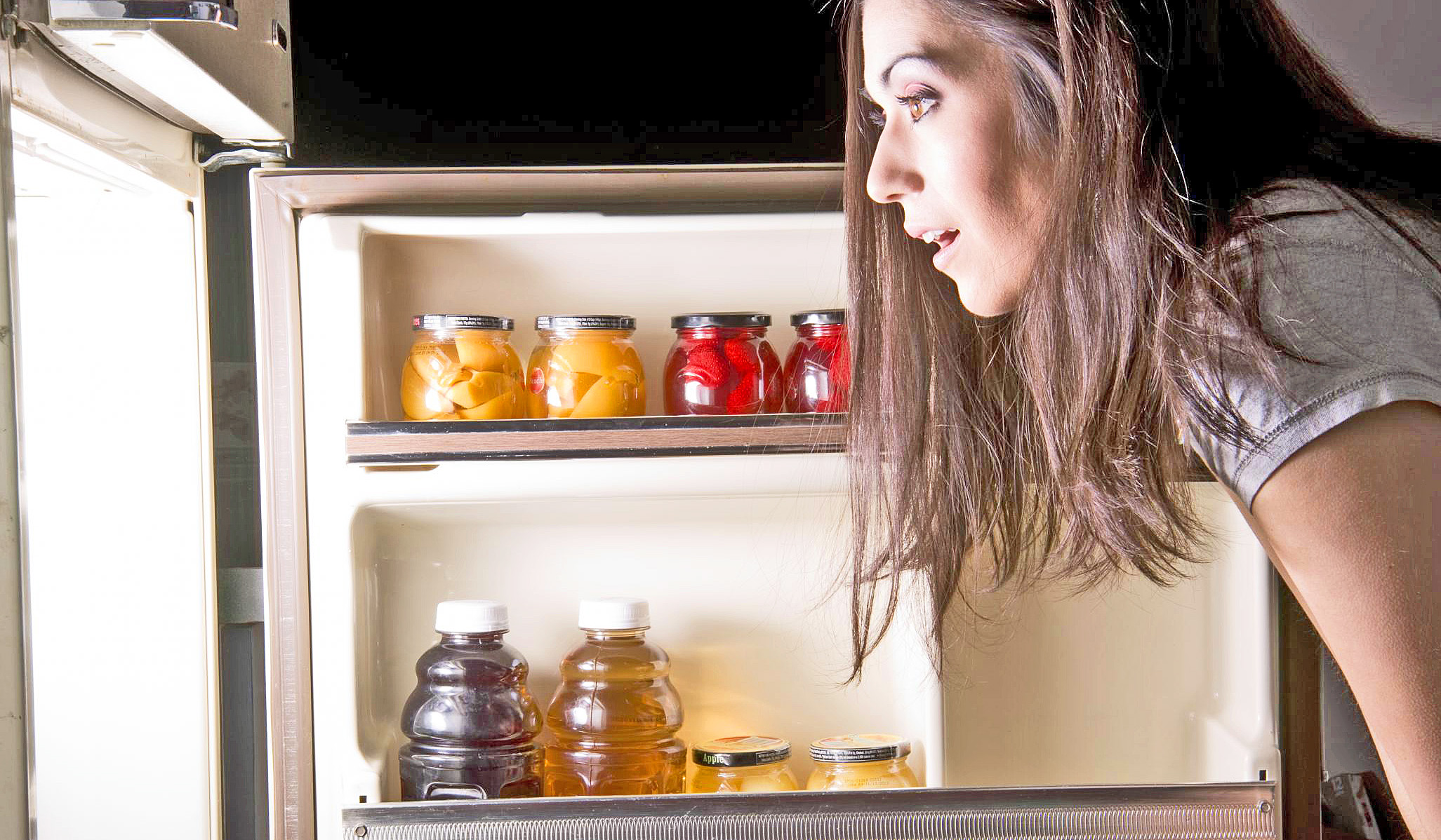 фото думает ночью у холодильника его можно