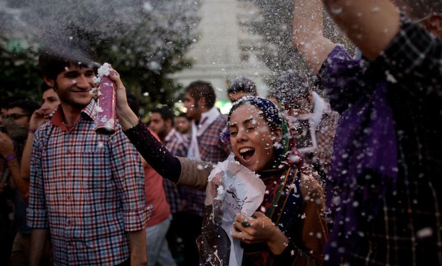 عکس / شادی مردم به جان آمده برای انتخاب ...